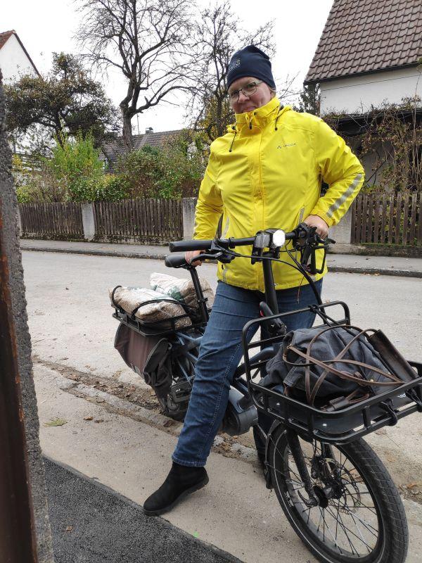 50 kg Streusplit lassen sich auch mit dem Lastenrad transportieren